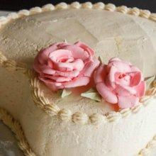 کیک قلبی با تزئین گل رز