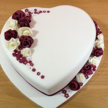 کیک تولد سفید با تم قلب
