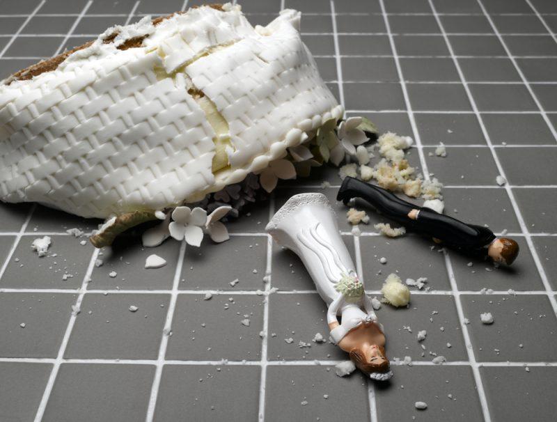 حمل نامناسب و افتادن کیک عروسی