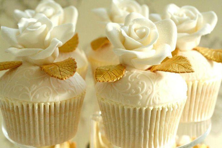 کاپ کیک عروسی رز سفید فوندانتی